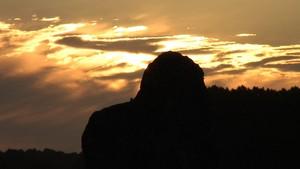 premiers rayons du soleil frappent le menhir le plus haut